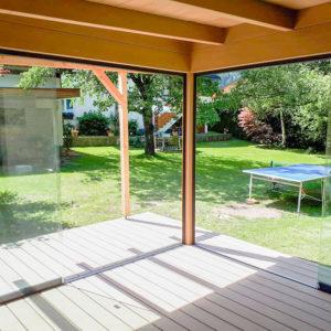 Das Innere einer Gartenlounge aus Holz